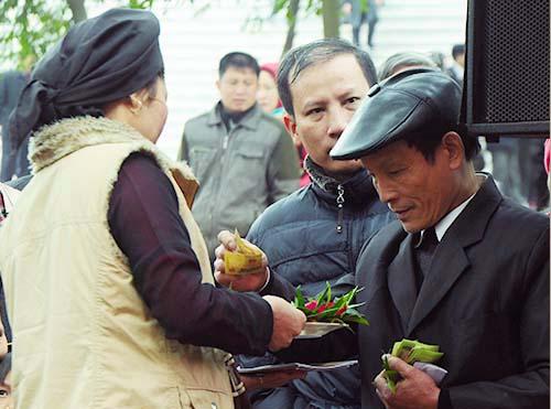 Hội Lim năm 2014, du khách được liền anh liền chị mời trầu với giá 10 nghìn đồng một miếng.Ảnh: Quỳnh Trang.