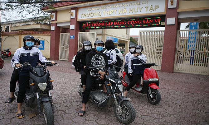 Học sinh Nghệ An đeo khẩu trang đi học chiều 5/2. Ảnh: Nguyễn Hải.