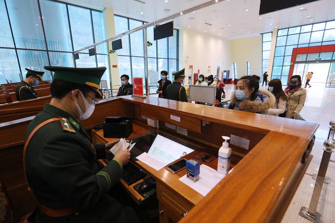 Lao động Việt Nam từ Trung Quốc trở về, nhập cảnh tại cửa khẩu Hữu Nghị, Lạng Sơn. Ảnh: Giang Huy