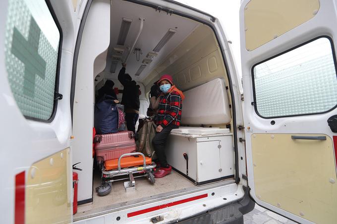9 công dân Việt Nam hoàn thành thủ tục nhập cảnh tại cửa khẩu Hữu Nghị (Lạng Sơn)được xe của Bệnh viện Đa khoa tỉnh Lạng Sơn đón về trung tâm cách ly nằm trong trụ sở của Trung đoàn 123 (TP Lạng Sơn). Ảnh: Giang Huy