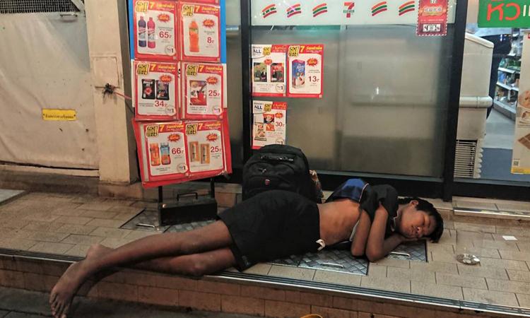 ??a tr? ???ng ph??ng? trên v?a hè bên ngoài c?a hàng 7-Eleven ? Bangkok. ?nh: SCMP.