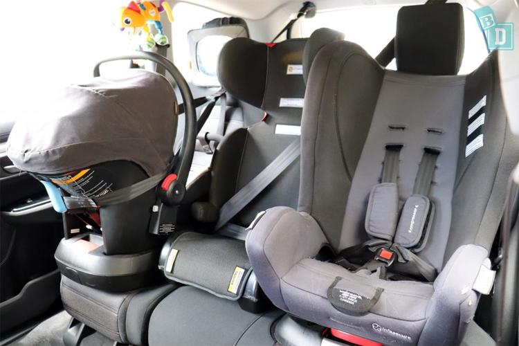 CR-V với ba chiếc ghế trẻ em trên cùng một hàng ghế. Ảnh: BabyDrive
