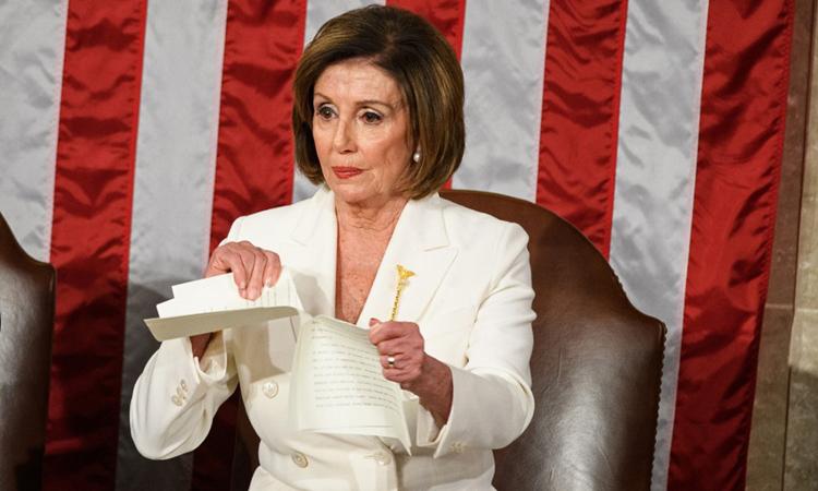 Chủ tịch Hạ viện Pelosi xé Thông điệp Liên bang tại quốc hội hôm 4/2. Ảnh: AFP.