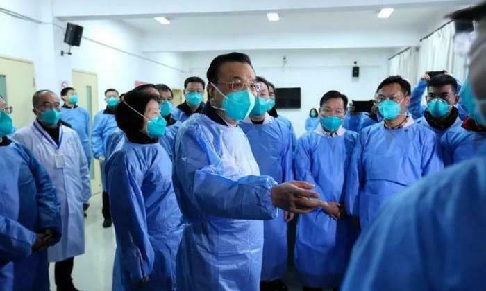 Thủ tướng Trung Quốc Lý Khắc Cường đến thị sát một cơ sở y tế tại thành phố Vũ Hán ngày 27/1. Ảnh: 21jingji.