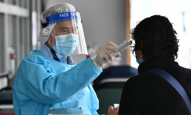 Nhân viên y tế kiểm tra nhiệt độ người vào một bệnh viện ở Hong Kong, Trung Quốc hôm 4/2. Ảnh: AFP.