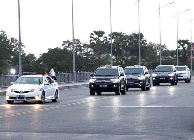 Đoàn xe chở Thủ tướng Nguyễn Xuân Phúc trên cầu Phú Xuân. Ảnh: Võ Thạnh