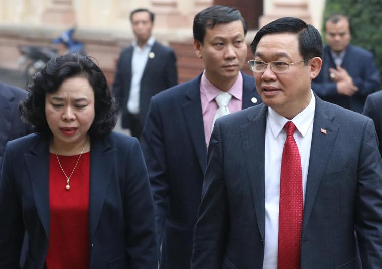 Bà Ngô Thị Thanh Hằng, Phó bí thư thường trực Thành ủy Hà Nội (bìa trái) và ông Vương Đình Huệ, chiều 7/2. Ảnh: Ngọc Thành