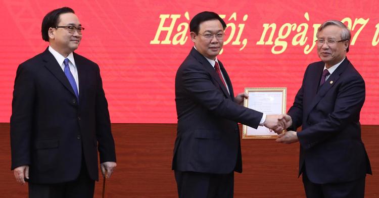 Thường trực Ban bí thư Trần Quốc Vượng (bìa phải) trao quyết định của Bộ Chính trị cho ông Vương Đình Huệ (giữa) và ông Hoàng Trung Hải. Ảnh: Ngọc Thành