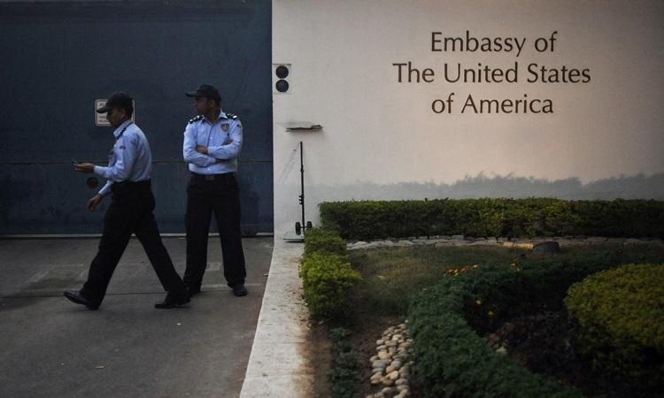 Hai nhân viên bảo vệ trước đại sứ quán Mỹ ở New Delhi, Ấn Độ. Ảnh: AFP.