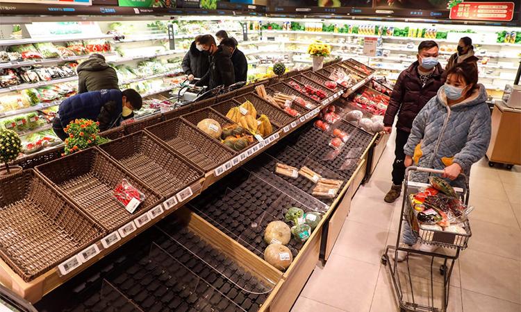 Người dân mua hàng tại một siêu thị ở Vũ Hán, thủ phủ tỉnh Hồ Bắc, Trung Quốc hồi tháng 1. Ảnh: AP.