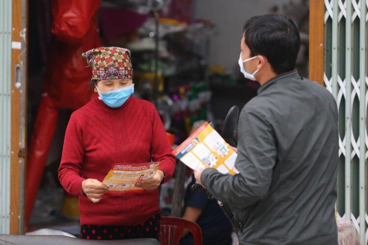 Chính quyền phát tờ rơi phòng chống nCoV ở thôn Ái Văn, xãSơn Lôi, huyện Bình Xuyên, nơi có nữ sinh nhiễm bệnh. Ảnh: Tất Định