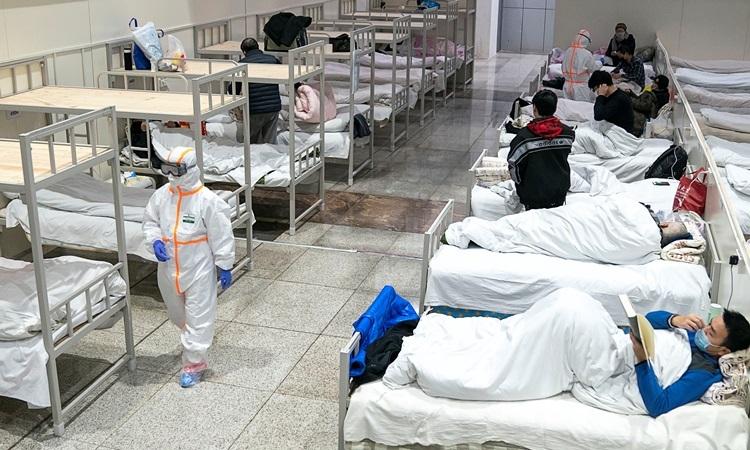 Các bệnh nhân nhiễm nCoV được điều trị tại một bệnh viện dã chiến ở Vũ Hán, tỉnh Hồ Bắc hôm 5/2. Ảnh: Reuters.