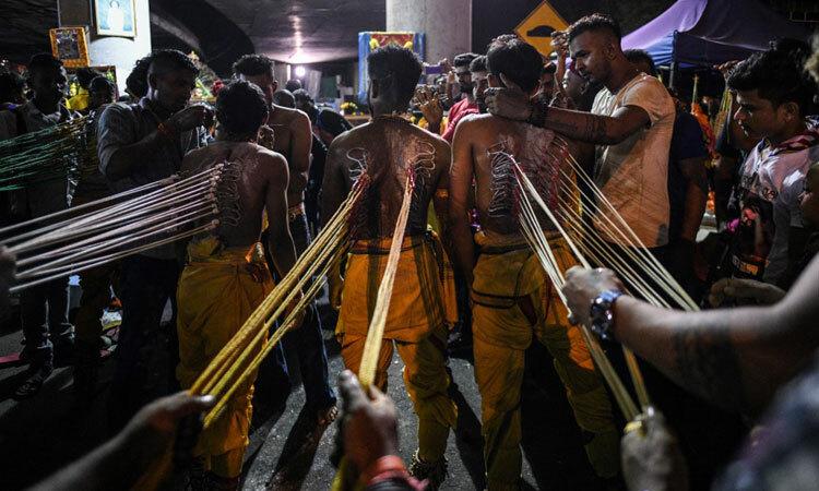 Tín đồ cắm móc câu vào người trong lễ hội Thaipusam ở Kualalumpur hôm 8/2. Ảnh: AFP.