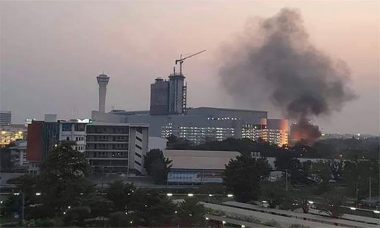 Khói bốc lên từ trung tâm thương mại tại thành phố Korrat, Thái Lan chiều 8/2. Ảnh: