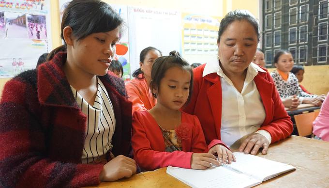 Lớp học xoá mù chữ ở bản người Khơ Mú