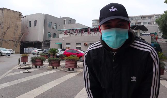 Quang Duy đứng trước một khu chợ ở Vũ Hán đã bị đóng cửa do lệnh phong toả hôm 27/1. Ảnh: Nhân vật cung cấp
