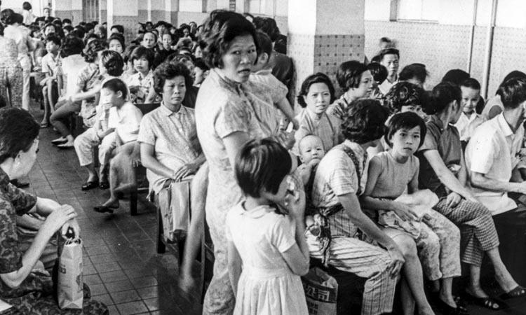 Bệnh nhân lấp kín khu chờ của một phòng khám ở Hong Kong vào tháng 7/1968. Ảnh: SCMP.