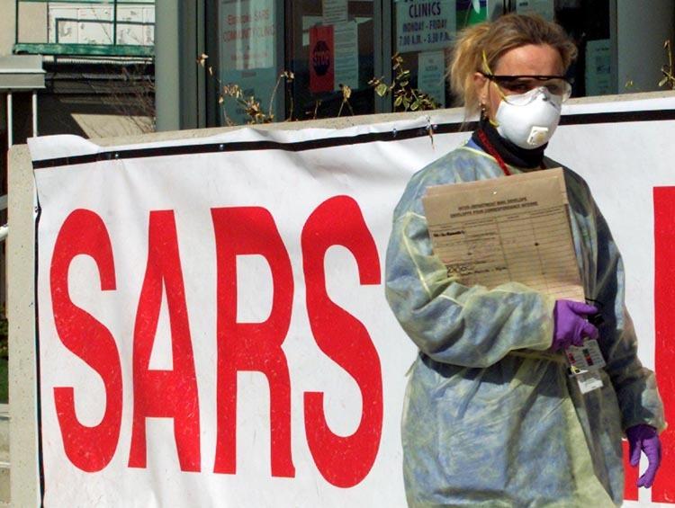 Một y tá bên ngoài phòng khám SARS ở ngoại ô Toronto, Canada hồi tháng 4/2003. Ảnh: Reuters.