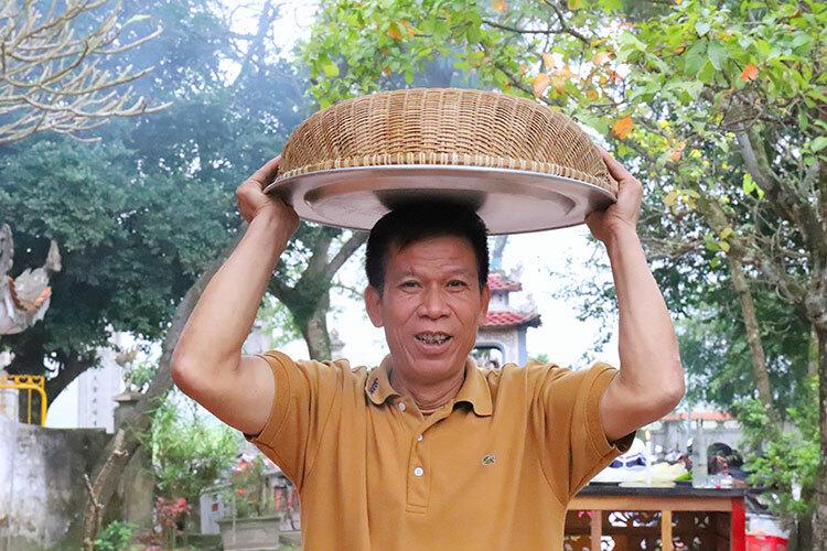 Con cháu đội mâm xôm đen đến nhà thờ họ Phan Tôn Chu để dự thi. Ảnh: Đức Hùng