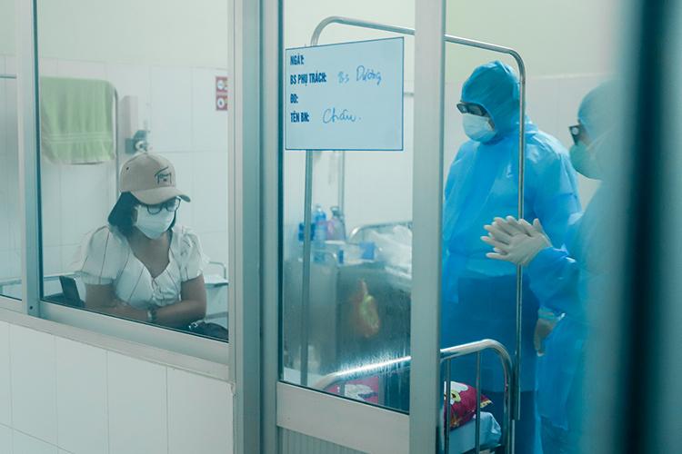 Ông Huỳnh Đức Thơ (đứng giữa) mặc đồ bảo hộ vào thăm và động viên người bệnh ở khu vực cách ly của Bệnh viện Phổi Đà Nẵng, hôm 5/2. Ảnh: Nguyễn Đông.