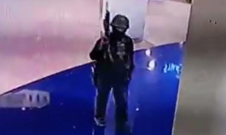 Tay súng Jakrapanth Thomma tại trung tâm thương mại Terminal 21 ở Nakhon Ratchasima, Thái Lan hôm nay. Ảnh: AFP.