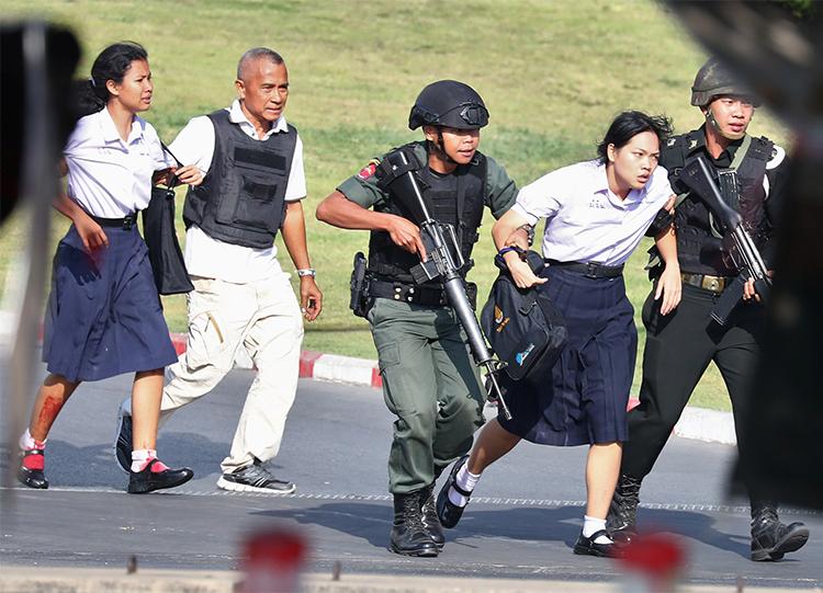 Cảnh sát giải cứu những người bị mắc kẹt khỏitrung tâm thương mại Terminal 21 ở thành phố Nakhon Ratchasima, đông bắc Thái Lan sángnay. Ảnh:Reuters.
