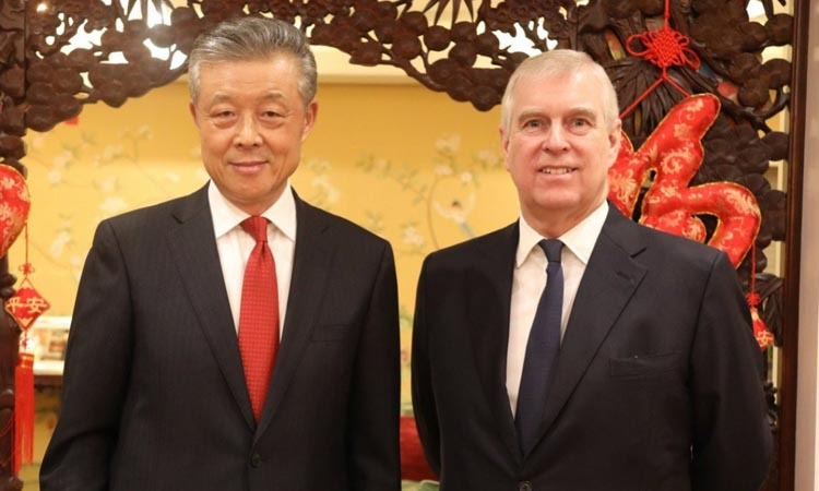 Đại sứ Trung Quốc tại Anh Lưu Hiểu Minh (trái) và Hoàng tử Andrew tại bữa tối hôm 7/2. Ảnh: Twitter/Liu Xiaoming.