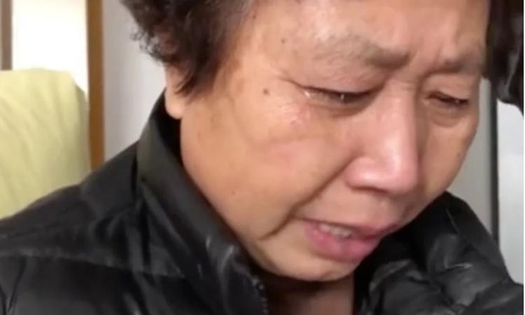 Mẹ Lý Văn Lượng khóc trong đoạn video đăng trên mạng hôm qua. Ảnh: SCMP.