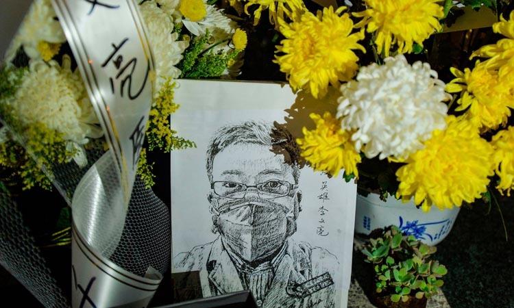 Nơi đặt hoa tưởng niệm bác sĩ Lý Văn Lượng tại bệnh viện ở Vũ Hán, Trung Quốc hôm 7/2. Ảnh: AFP.
