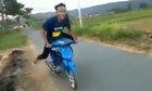 Nam thanh niên ngã lộn nhào khi bốc đầu xe máy