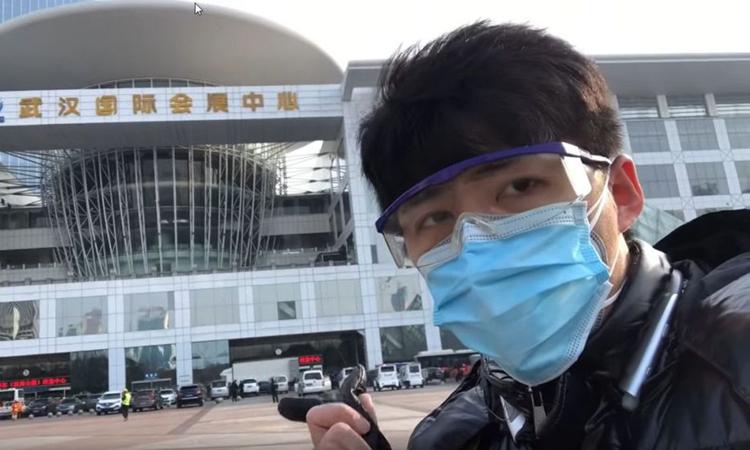 Chen Qiushi trong lúc tác nghiệp tại Vũ Hán. Ảnh chụp màn hình YouTube.