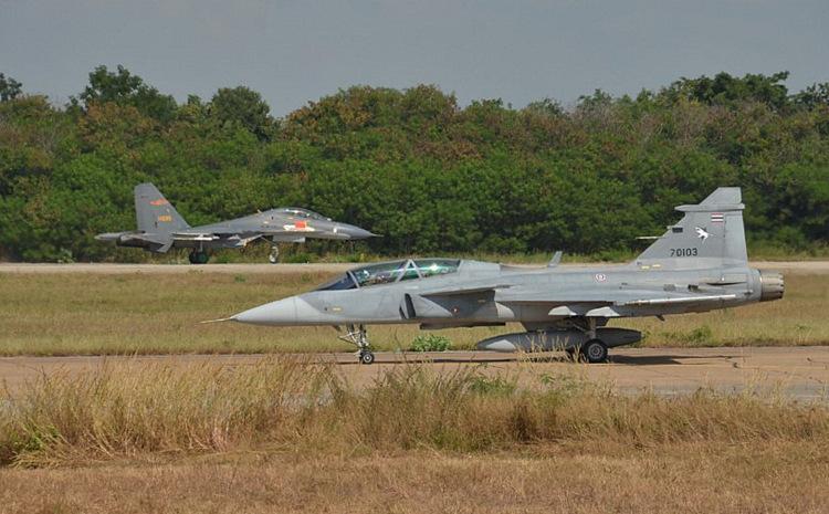 Tiêm kích Su-27SK Trung Quốc (xa) và JAS 39D Thái Lan trong diễn tập. Ảnh: RTAF.