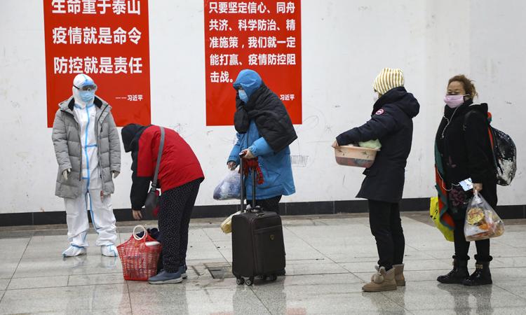 Bệnh nhân nhiễm virus corona chuyển tới bệnh viện tạm thời ở thành phố Vũ Hán, tỉnh Hồ Bắc. Ảnh: NY Times.