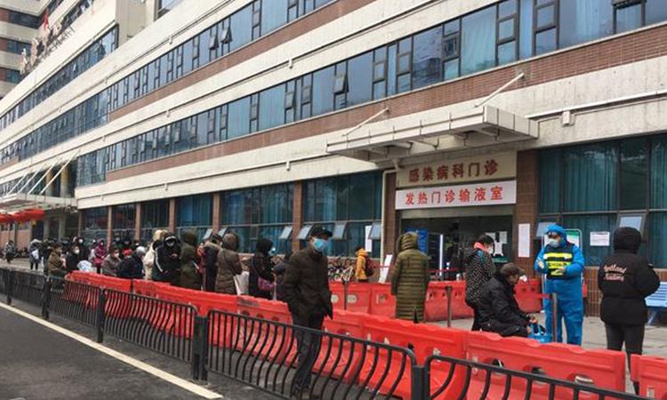 Người dân xếp hàng dài bên ngoài Bệnh viện Công đoàn Vũ Hán, tỉnh Hồ Bắc. Ảnh: WSJ.