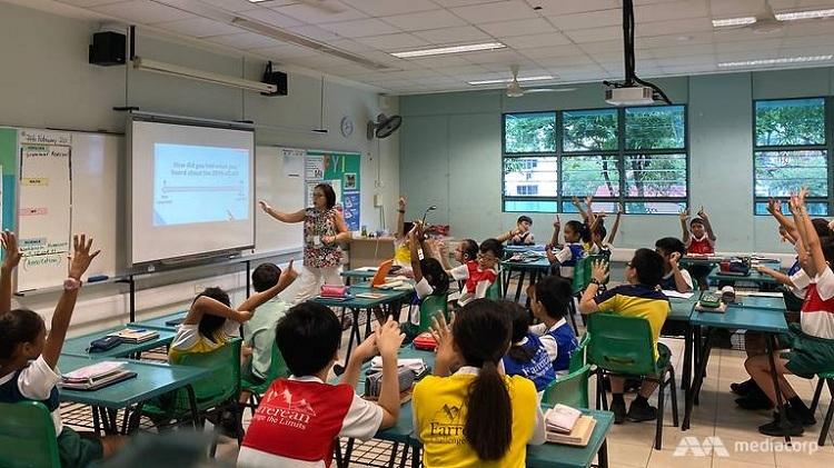Nhiều học sinh giơ 10 ngón tay khi được hỏi về mức độ sợ hãi virus corona. Ảnh: Ang Hwee Min