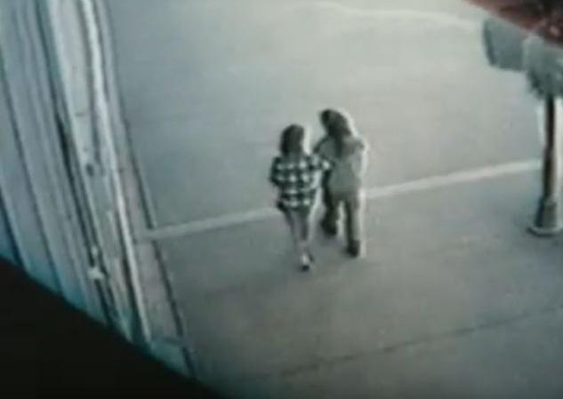 Người phụ nữ (trái) mặc áo kẻ ca-rô giống như chiếc áo được tìm thấy tại hiện trường. Ảnh: Filmrise.