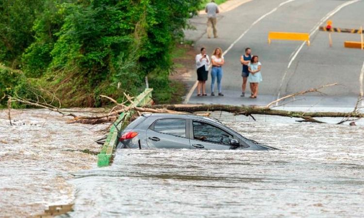 Một chiếc ô tô bị ngập trên cây cầu bắc qua sông Nepean ở thị trấn Cobbitty, Australia hôm 10/2. Ảnh: CNN.