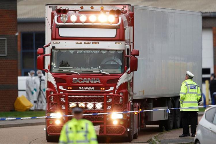 Cảnh sát Anh láichiếc xe container chứa 39 thi thể người Việt rờikhu công nghiệp Grays, hạt Essex, hôm 23/10/2019. Ảnh: DPA