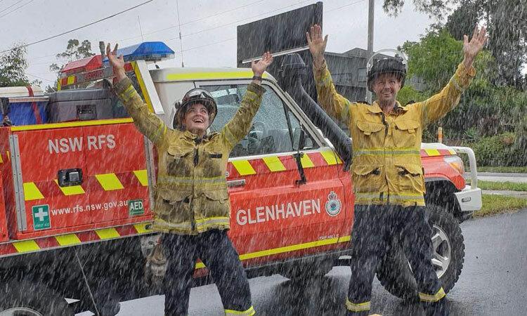Lính cứu hỏa NSW vui mừng khi mưa xuống. Ảnh: Facebook/ABC Sydney.