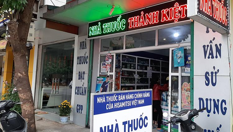 Nhà thuốc Thành Kiệt (ở đường Lê Lai, phường Đông Sơn), một trong 4 cơ sở bị tước giấy phép hoạt động. Ảnh: Lam Sơn.