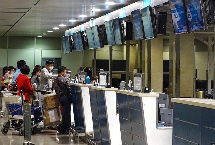 Kháchlàm thủ tục check-in của hãng Vietnam Airlines khá vắng khách. Ảnh: Hà An.