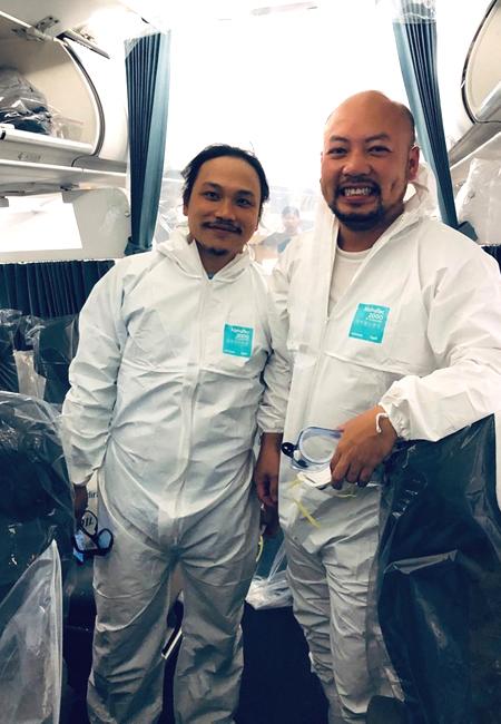 Anh Đỗ Tùng Lâm (trái) và đồng nghiệp trướcchuyếnbay đến Vũ Hán. Ảnh: NVCC.