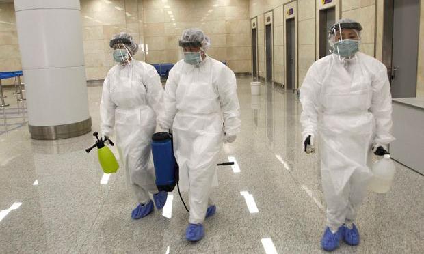 Các nhân viên tại sân bay ở Bình Nhưỡng, Triều Tiên chuẩn bị kiểm tra sức khỏe du khách từ nước ngoài hôm 1/2. Ảnh: AP.
