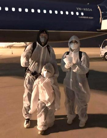 Anh Nhân, chị Hoài cùng con gái trước lúc lên máy bay. Ảnh: Hoài Vũ