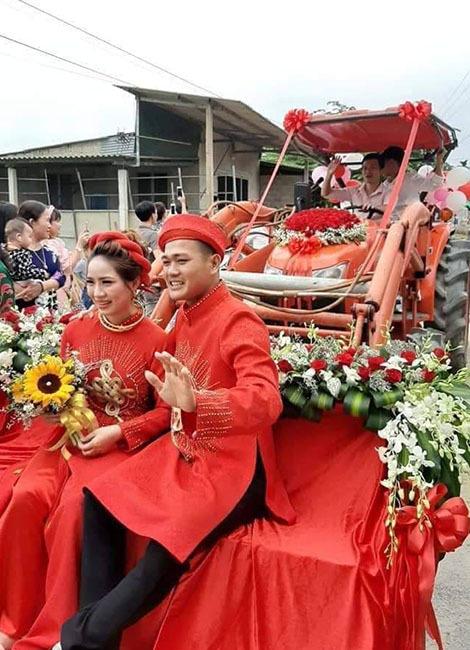 Chú rể Quân và cô dâu ngồi trên chiếc máy cày trong lễ rước dâu. Ảnh: A Q