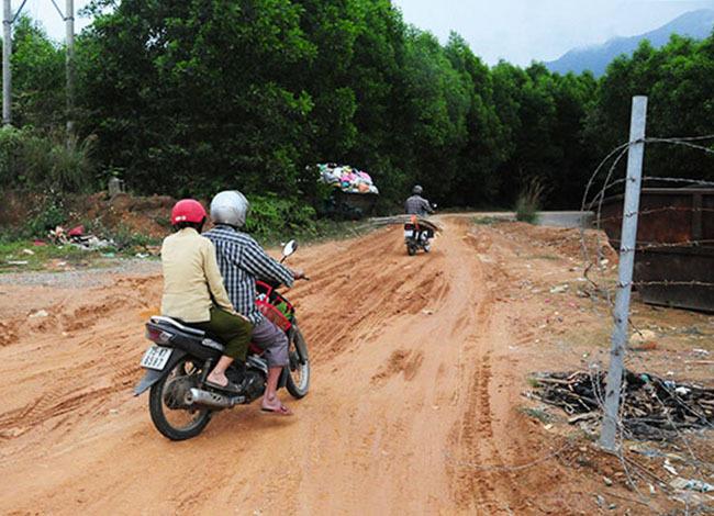 Hàng rào thép gai bảo vệ cao tốc La Sơn - Túy Loan bị tháo người dân tháo dỡ tạo lối đi. Ảnh: V.A