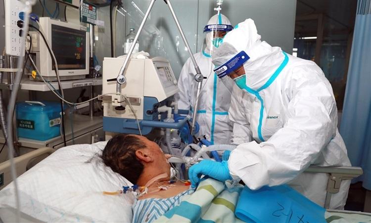 Các bác sĩ điều trị cho bệnh nhân nhiễm nCoV tại bệnh viện ở Vũ Hán hôm 1/2. Ảnh: China Daily.
