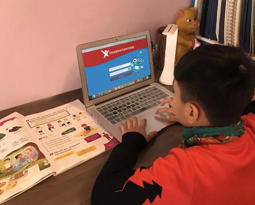 Học viên VUS vui ôn luyện tại nhà cùng phần mềm học tập Imagine Learning từ Mỹ, độc quyền tại Việt Nam bởi VUS