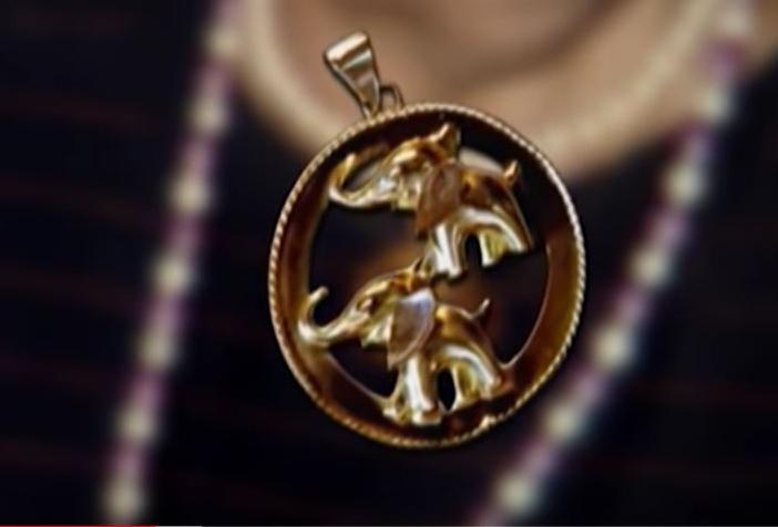 Mặt dây chuyền vàng hình hai con voi của nạn nhân. Ảnh: Filmrise.