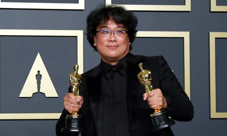 Đạo diễn Bong Joon-ho chụp ảnh cùng tượng vàng tại lễ trao giải Oscar lần thứ 92 ở Los Angeles, California, Mỹ hôm 9/2. Ảnh: Reuters.